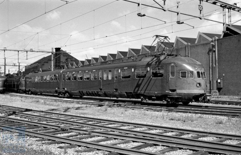 De werkplaats te Leidschendam hebben we in deze serie nog niet bezocht. Hier zien we elektrisch treinstel ELD2 206 voor de deur staan; wat er op 6 september 1960 aan de hand is met de 206 is mij onbekend (J.A.Bonthuis; 639.873C).