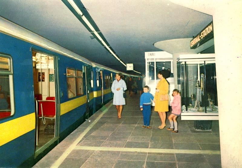 Zoals de vorige foto en deze laten zien, zijn er flink wat prentbriefkaarten van de metro gemaakt. De metro is door de Rotterdammers dan ook altijd goed gewaardeerd.Hier een blik op het interieur van het metro-station Centraal. Op deze foto lijkt het nog heel wat, maar eigenlijk was het erg krap; het perron was smal en het plafond was laag. Het station is nu in verband met de verlenging naar Den Haag ingrijpend verbouwd waarbij het veel ruimer is geworden.Prentbriefkaart uit de verzameling van SNR