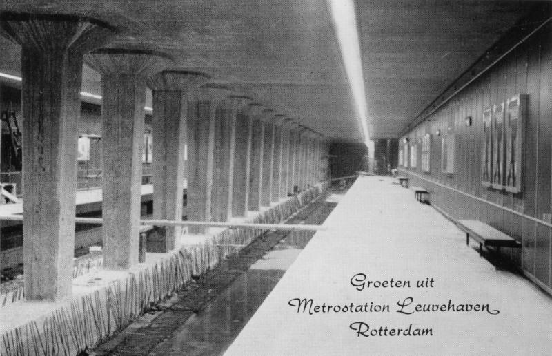 Metrostation Leuvehaven dat als eerste werd afgebouwd om aan het publiek te laten zien hoe het moest worden.Prentbriefkaart uit de verzameling van SNR.