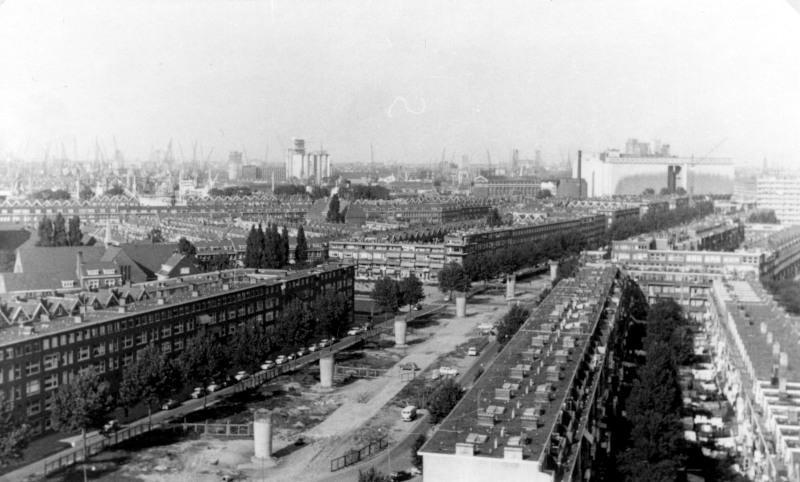 In het zuidelijk stadsdeel werd de metro op een viadukt gebouwd. Velen in dit stadsdeel hadden liever een tunnel gezien, en sommigen zagen er het zoveelste bewijs in van de achterstelling van de zuiderlingen. Op de foto zijn de pylonen van het viadukt op de Mijnsherenlaan te zien. Voor de bouw van de metro reed hier tramlijn 12.20 februari 1965, fotograaf onbekend; verzameling SNR