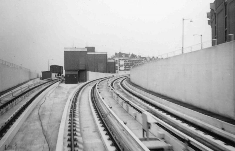 Aan de Hilledijk werd een remise gebouwd voor zowel de metro als voor de enig overgebleven tramlijn op Zuid, lijn 2. Hier ziet u de aftakking naar de remise. De remise en de aftakking zijn intussen verdwenen; als je tussen de stations Wilhelminaplein en Rijnhaven goed oplet, kun je nog zien waar hij gezeten heeft.Foto Wout Jansen, 22 maart 1967.