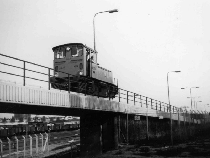 RET metroloc 1002 op het viaduct naar de remise Hilledijk; onder het viaduct door zijn goederenwagens te zien op het NS-emplacement Feijenoord.Foto Wout Jansen, 28 september 1967