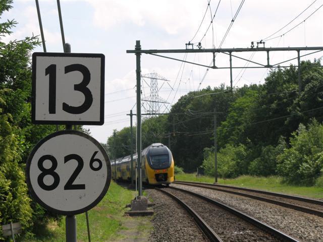 Dezelfde IC is de overweg in de Roermondse weg zojuist gepasseerd en rijdt verder richting de spoorbrug.