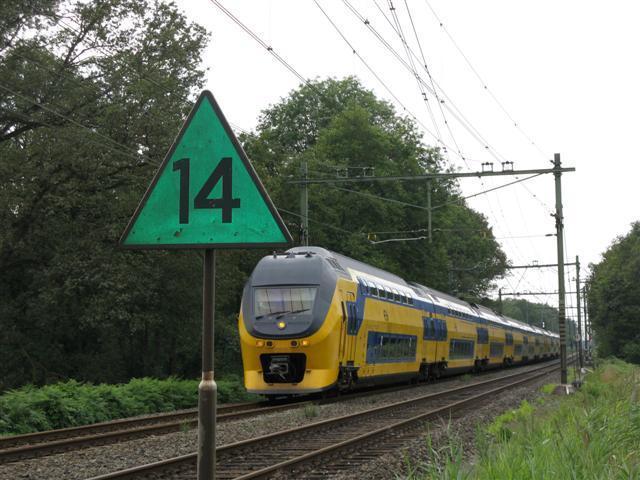 De IC 849 uit de richting Weert kan, nadat IC 856 is gepasseerd, zonder overlopen verder naar Roermond enhet Limburgse heuvellandschap.