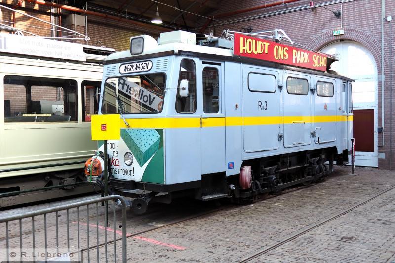 GVB Rr3, 29 december 2014Machine Rr3, gebouwd in 1958 door Schörling in Hannover, was voor het reinigen van de sporen door het Gemeentevervoerbedrijf Amsterdan (GVB) aangeschaft. Zij deed dienst tot 1988. In 1989 ging de machine als museumvoertuig naar de Tramweg Stichting. Na omzwervingen kwam de Rr3 naar Arnhem, waar zij geheel gereviseerd werd. Sinds 2005 is de machine in bedrijf. Locaalspoor.nl schrijft dat de Rr3 onmisbaar is om de sporen vrij te houden van bladeren in deze bosrijke omgeving. Naar het schijnt komt de machine elke donderdag op de baan. De NOM heeft de railreiniger in bruikleen van de Tramweg Stichting.