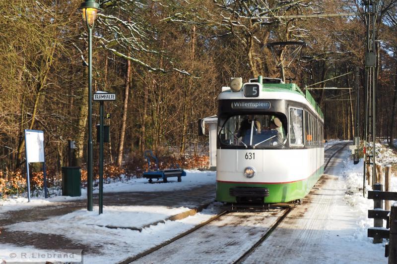 13 RET 631, 29 december 2014Geleed motorrijtuig 631, is afkomstig van de Rotterdamse Elektrische Tram (RET). De enkelgelede trams uit de serie 601-635, in 1969 gebouwd door Werkspoor, werden in de jaren tachtig verbouwd tot dubbelgelede rijtuigen met zes assen. In 1995 reed de 631 voor het laatst in Rotterdam, een jaar later reed hij in Arnhem. In 1999 werd de tram in de moderne RET-kleuren wit, groen en zwart geschilderd.