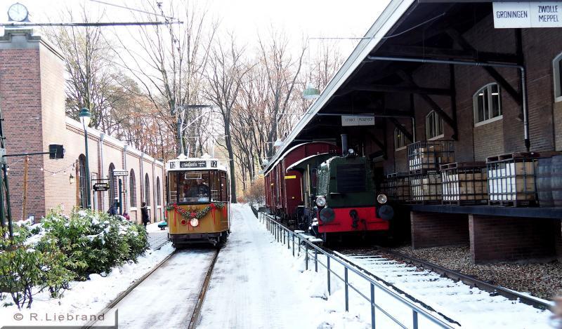 RET 520, 29 december 2014Informatie over de RET 520 staat al bij de eerste foto. Deze tram werd in 1969 buiten dienst gesteld; hij kwam in 1977 weer in dienst als dienstwagen met nr 2517, later met nr. 2520 tot 1995. In 1996 kwam de 520 naar Arnhem. In 2012 is het stel gereviseerd.NOM heeft de 520 in bruikleen van de RET.Op de foto nadert de 520, getooid met kerstversiering, de halte bij het remisegeboouw. Aan de rechterkant staat de voormalige goederenloods uit Tiel.