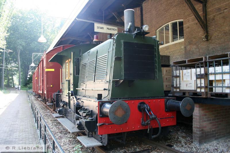 NS 8, 29 december 2014Aan het laadperron van de Tielse goederenloods staat een rangeerlocomotief van de NS, bijgenaamd de Sik. De NS 8 stamt uit 1938, gebouwd in de Centrale Werkplaats Zwolle. Vanaf 2003 heeft deze machine deel uitgemaakt van de verzameling van het Spoorwegmuseum, inmiddels is ze in het bezit van de Stichting Locomotor. De Sik is samen met de Van Gend en Loos-loods in de zomer van 2007 in het Openlucht Museum geplaatst.