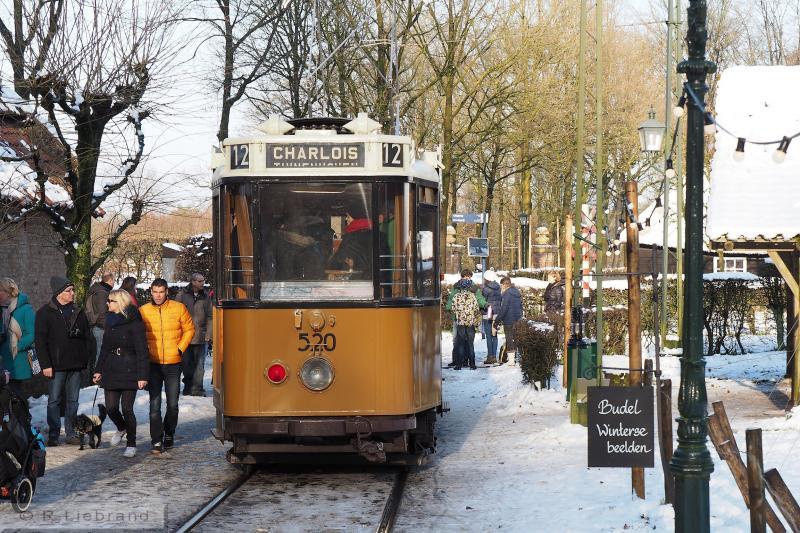 RET 520, 29 december 2014De 520 op een stuk straatspoor in de drukke straat bij het Café Tramhalte uit Budel.