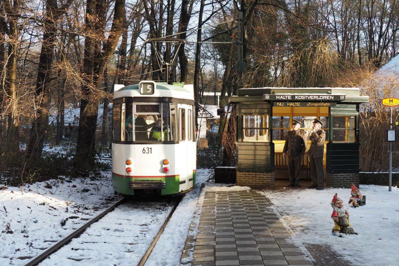 RET 631, 29 december 2014 Bij de halte Kostverloren, waar het in gepaste uniformen gestoken trampersoneel een pauze heeft ingelast. Het wachthuisje is van het standaardtype van de NZH.