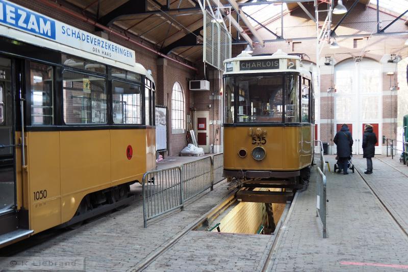 RET 535 en aanhangrijtuig RET 1050, 29 december 2014.De motorwagen 535 bevindt zich in de remise boven de smeerput. Na de Tweede wereldoorlog bestelde de RET een nieuw type vierassige trams, de serie 100 - 135. Deze serie kreeg tussen 1948 en 1951 door Allan gebouwde bijwagens: 1021 - 1056. Aanhangrijtuig 1050 is in 1949 gebouwd. In 1983 werd het rijtuig bij de RET buiten dienst gesteld en een jaar later reed het bij de Elektrische Museumtramlijn Amsterdam (ETA). In 1996 is het naar Arnhem overgebracht. De wagen is ingericht in de stijl van de jaren vijftig en is geschikt voor rolstoelvervoer. De 1050 is eigendam van de NOM.