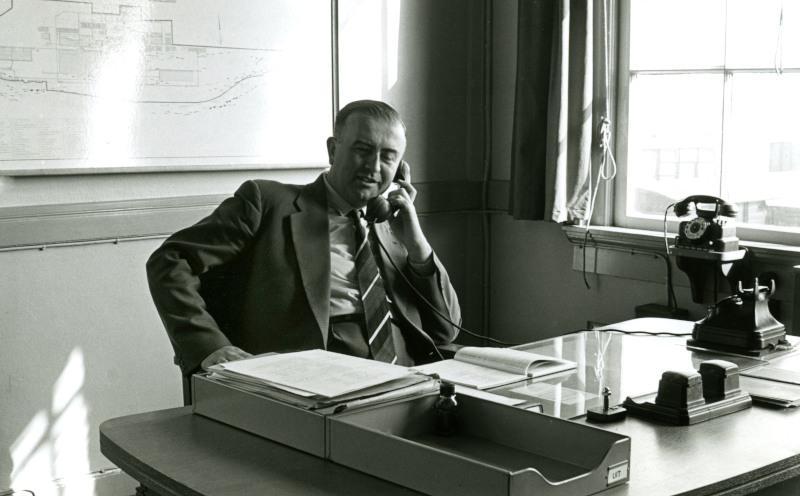 De heer Klaren achter zijn bureau.