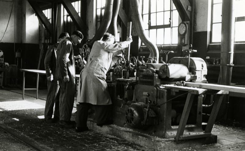 Een houtbewerkingsmachine in de werkplaats