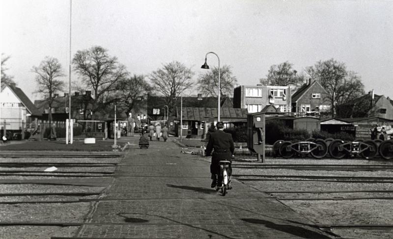 Velen die hun baan in de werkplaats hadden, woonden in het Soesterkwartier vlak ten noorden van de werkplaats.Hier fietst een werknemer naar huis.