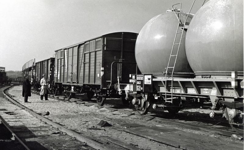 De bollenwagens werden vooral gebruikt voor het vervoer van cement voor de ENCI, de Eerste Nederlandse Cement-Industrie,die in Limburg de Pietersberg afgroef om er cement van te maken. Ze stonden ook bekend als BB-wagens.Voor de jongeren: BB was Brigitte Bardot, een rondborstige Franse filmster die veler hart sneller deed kloppen.