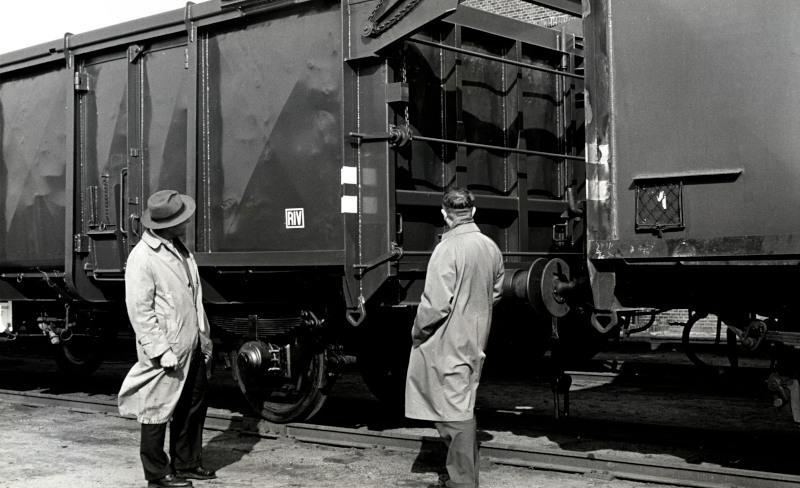 Een luikendak-wagen. NS heeft er in 1959 50 stuks in dienst gesteld.Deze wagens hadden een in secties verdeeld stalen dak dat zover geopend kon worden dat grote voorwerpen door een kraan geladen en gelost konden worden. Ook los gestorte materialen konden in deze wagens worden meegenomen.
