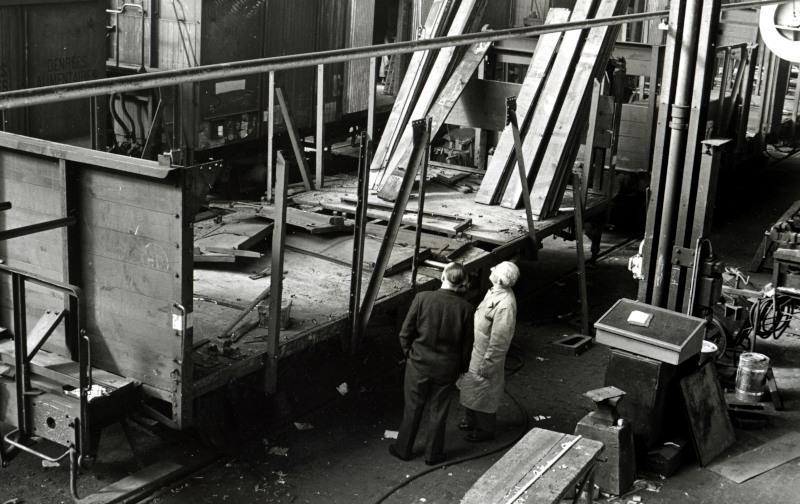 Goederenwagens waren destijds nog grotendeels van hout; ook hier wordt een wagen grondig onder handen genomen.