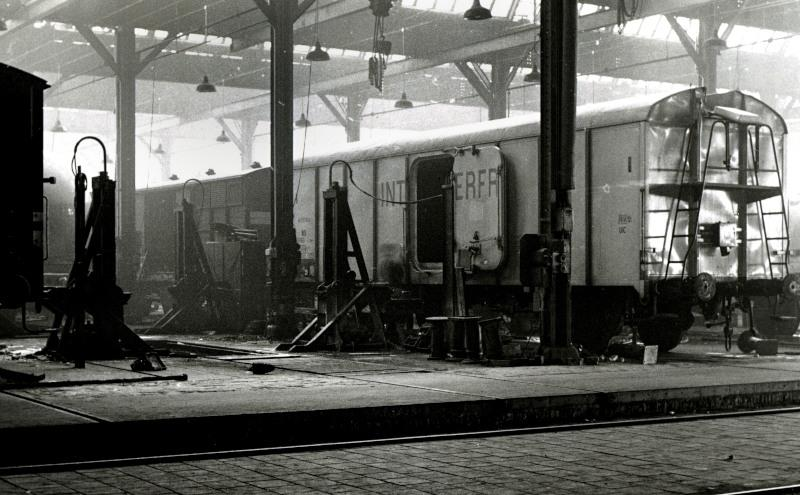 Veel zorg had de werkplaats aan de Interfrigo-wagens, koelwagens waarin bederfelijke waren werden vervoerd.De wagens waren aanvankelijk gekoeld met staven ijs, maar latere versies, zoals de hier afgebeelde, hadden ook een koelmachine aan boord. Echter, voor het inbrengen van de staven ijs was er nog wel een luik aan het uiteinde van het dak aanwezig.