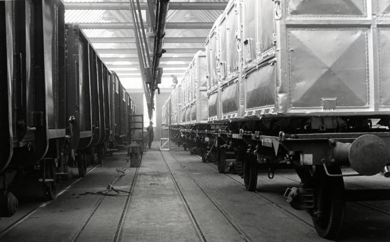 De spuitinrichting met enkele laadkistenwagens.