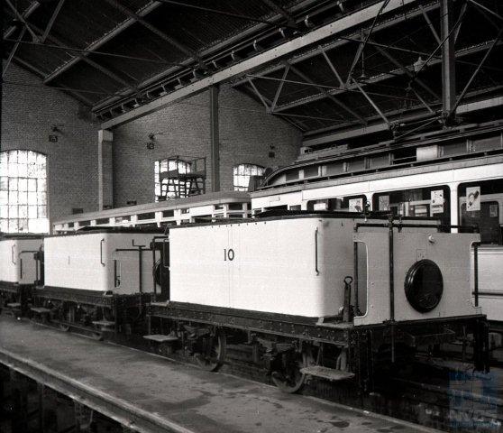 In de HTM-remise te Scheveningen staan de pekelwagens klaar om te worden ingezet. Vooraan zien wij de nummers 10 en 1. Wie de fabrikant is blijft onbekend, maar bekend is dat nummer 10 uit 1912 stamt. J.A.Bonthuis maakte de foto op 25 oktober 1942 (109.187).