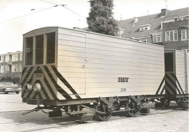 Een heel ander type pekelwagen treffen we aan bij de RET. Op het terrein van de centrale werkplaats aan de Kleiweg in Rotterdam zijn de pekelwagens even buiten gezet, hoewel het nog lang geen winter is. Misschien voor een inspectiebeurt? Vooraan zien we de 2018, die van 1928 tot 1972 dienst heeft gedaan. De foto is door F.W.Vos op 16 september 1968 gemaakt.