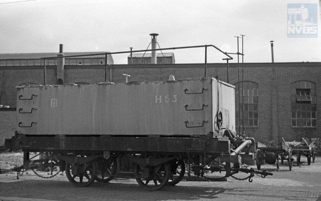 Deze foto van een onbekende maker komt uit de verzameling van A. van Donselaar. Pekelwagen H53 blijkt multifunctioneel te zijn en wordt in de zomer gevuld met een vloeistof van andere chemische samenstelling waarmee het onkruid op de baan verdelgd kan worden. De locatie is de remise Leidschevaart te Haarlem en de datum 8 juli 1956 (1297.7037).