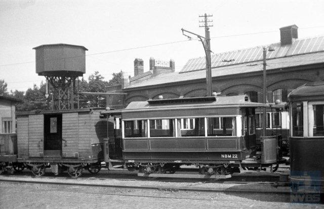 De NBM gebruikte een oude goederenwagen als pekeltram. We zien hier naast aanhangrijtuig 22 de pekelwagen 401 op het terrein bij de remise Zeist. Het is 30 maart 1947; foto van Bonthuis (130.568).