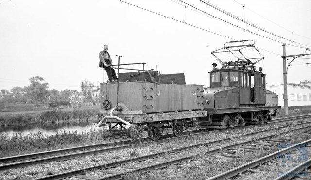 Terug naar de NZH maar dan naar het smalspoor: Bij Amsterdam Sloterdijk voert werkmotorwagen A1051 pekelwagen H53 mee als sproeirijtuig, om onkruid te verdelgen. Gemaakt op 23 mei 1950 door Bonthuis (130.427).