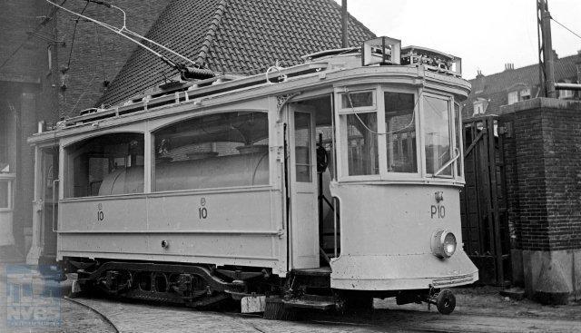 De drieassers hebben inmiddels het Amsterdamse wagenpark versterkt waardoor de laatste Union tweeramers aan de kant konden. Enkele werd de sloop bespaard en werden omgebouwd tot pekelmotorwagen, waarvan hier in beeld de P10 die hiervoor als W12 en 102 door het leven ging. Van Haare Heijmeijer maakte de foto op 13 april 1950 bij de remise Havenstraat te Amsterdam (132.353).