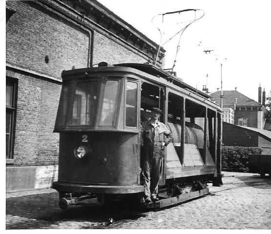 Groningse motorwagen 28 van de GTG, gebouwd door MAN in 1909, is in 1929 verbouwd tot tankwagen 2 en heeft als zodanig tot 1938 dienst gedaan. Of in de tank ook pekel is vervoerd is bij samensteller dezes niet bekend. H.A. Boerema maakte de foto op 30 juli 1941. (192.349).