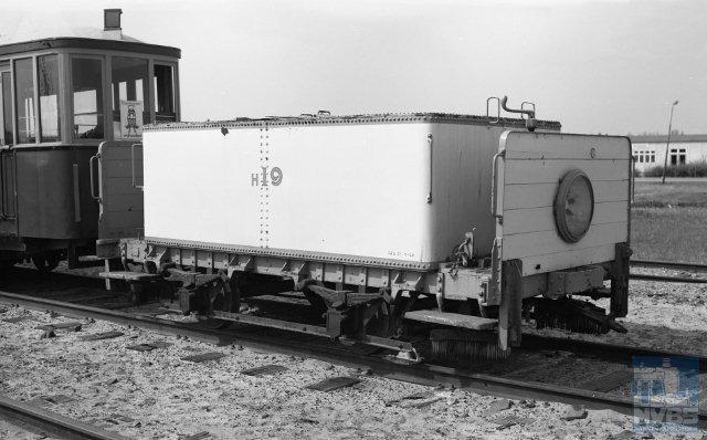 Gelukkig worden steeds vaker oude trams bewaard en gerestaureerd zodat wij deze in een trammuseum of rijdend nog eens kunnen bewonderen. De Tramweg Stichting (TS), opgericht door de NVBS heeft zich op dit gebied vooral verdienstelijk gemaakt, en nog. Het betreft niet alleen dienstwagens maar ook werkmaterieel. Zo is in een vroeg stadium, de foto is van 7 mei 1970, de Haagse pekelwagen H19 door de TS naar Hoorn gebracht om bewaard te worden. Daar konden ze er weinig mee en dus ging de H19 in 1976 retour om in de staat van aflevering teruggebracht te worden en onder nummer 14 deel te gaan uitmaken van de museumcollectie. De foto is van Bonthuis (929.251).