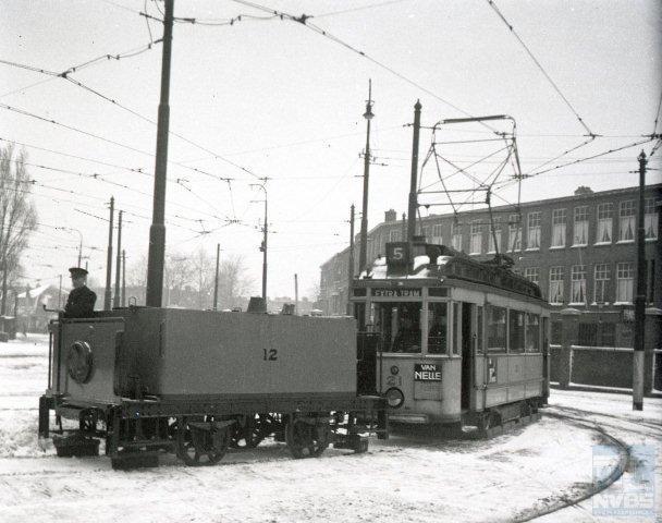 Enige maanden later fotografeerde Bonthuis pekelwagen 12, ook uit 1912, getrokken door ombouwer 21 . Zij komen terug van een pekelrit en bevinden zich hier op het voorterrein van de remise Lijsterbesstraat in Den Haag. 7 januari 1943 (109.188).