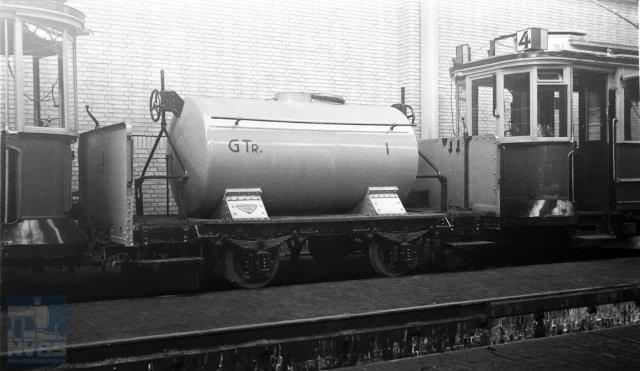 Wij gaan nu naar Amsterdam. Hier fotografeerde H.J.H.M. van Haare Heijmeijer op 7 december 1946 pekelwagen 1 van de Gemeentetram in de remise Havenstraat (132.091).