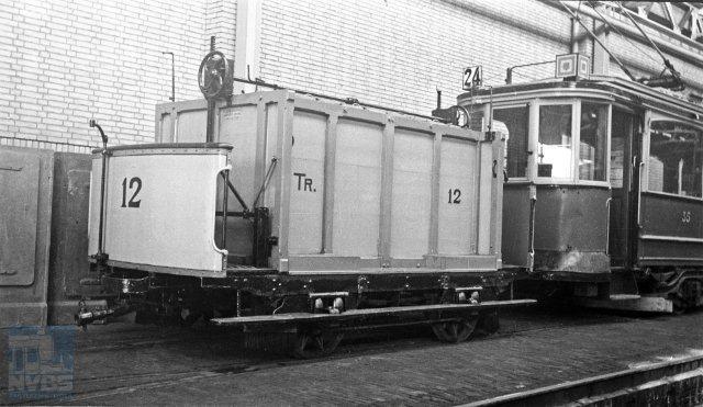 Dezelfde fotograaf, dezelfde datum en plaats: pekelwagen 12 achter motorwagen 35 (132.090).
