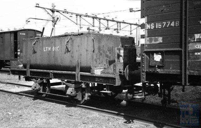 Een meer spoorse foto, die toch goed in deze serie past. Op het NS-terrein te Heerlen staat achter goederenwagen 157748 pekelwagen 910 van de LTM. De reden hiervan is waarschijnlijk het stopzetten van de tramdiensten in 1950 en de daarmee samenhangende verkoop van rollend materieel aan andere ondernemingen. De foto is van Bonthuis, gemaakt op 21-4-1950 (130.692).