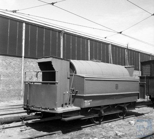 Pekelwagen H8 van de NZH heeft hier nog zijn originele onderstel van het Belgische Métallurgique maar al wel schuilhuisjes voor het personeel. Bonthuis fotografeerde dit tafereel op 15 juli 1943 naast de remise aan de Rijnsburgerweg te Leiden (130.120).