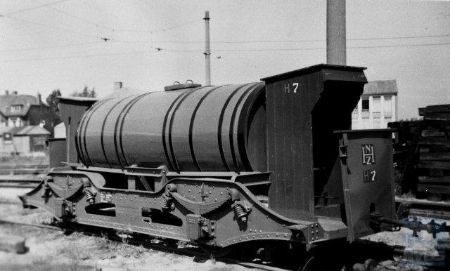 Op het achterterrein van dezelfde remise staat de H7, wel al voorzien van een nieuw onderstel en ook met schuilhuisjes. De foto is dan ook later gemaakt, op 24 juni 1954, eveneens door Bonthuis (130.124).