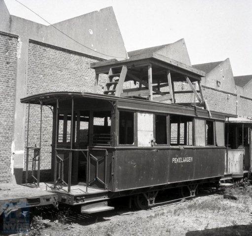 De interlokale tramlijn van Middelburg naar Vlissingen heeft gereden tot 1944. De VM had een eigenaardig pekelvoertuig, gebouwd uit een voormalig stoomtramrijtuig. Gezien de stelling op het dak heeft het duidelijk een dubbelfunctie gehad: tevens bovenleidingmontagewagen. Het geval staat hier naast de remise in Vlissingen en is op 18 juli 1946 door Bonthuis op de gevoelige plaat vastgelegd (129.941). Op dat moment was het nog onzeker of de door de oorlog sterk beschadigde infrastructuur nog zou worden hersteld of niet.
