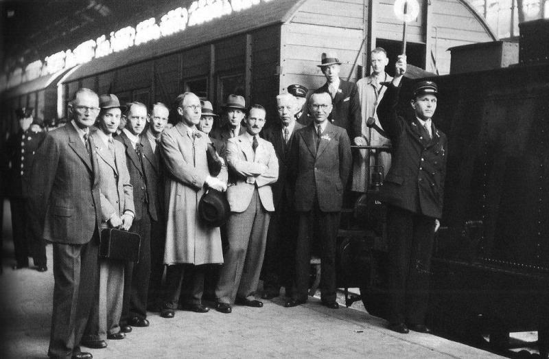 In het zuiden van Nederland, in september 1944 bevrijd, reden al eerder weer treinen, maar in het bevrijde westen reed op 7 mei 1945 de eerste: een inspectietrein van Utrecht naar Amsterdam. Dat was op de dag dat in Utrecht  het Nederlands spoorwegnet en het materieel door de Reichsbahn aan de NS werd overgedragen in aanwezigheid van talrijke topfunctionarissen. President-directeur der NS Ir. W. Hupkes is waarschijnlijk de zesde van rechts, voor de NS-er met pet. Op de Oude Lijn kon vanaf Amsterdam op 15 augustus Haarlem weer worden bereikt met elektrische treinen; Zwijndrecht op 11 november. Eind 1945 reden er weer op de meeste vooroorlogse baanvakken treinen, maar de reis duurde nog wel lang en was vaak niet erg comfortabel, onder andere door het ontbreken van glas in de ramen. (foto NS)
