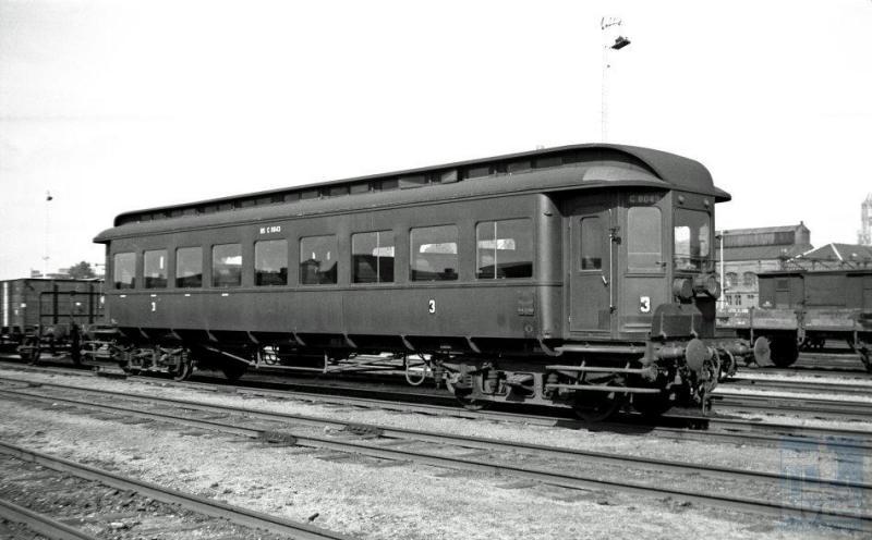 De fraaie elektrische treinen van het eerste uur, die van de Hofpleinlijn ex-ZHESM, keerden na de oorlog helaas niet meer terug. Op het traject van Rotterdam naar Den Haag HS en Scheveningen reden na de oorlog aanvankelijk stoomlocomotieven met ZHESM-rijtuigen. Samensteller van deze wisselexpo heeft zo nog gereisd: de rijtuigen hadden langsbanken maar omdat ze er breed genoeg voor waren, ook nog een rij banken in het midden. Zij werden ook elders in het land ingezet: op de foto stuurstandrijtuig NC Cesz 8043 te Utrecht. Het rijtuig ziet er spic en span uit. De foto dateert dan ook al van enkele jaren na de oorlog. (foto 509.290; 20-9-1948)