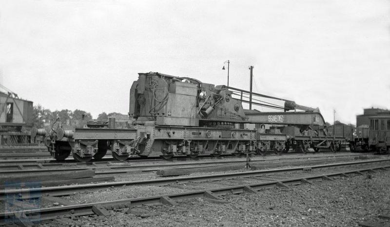 Voor de wederopbouw van het spoorwegnet was natuurlijk ook verschillend werkmaterieel nodig.  De Britten kwamen de NS te hulp met het beschikbaar stellen van deze op elf assen rustende gigantische stoomkraan, in 1943 door Cowans Sheldon & Co. Ltd te Carlisle gebouwd.  Hier staat de kraan in Hengelo met het ingewikkelde nummer SSIV/TN 539 erop gekalkt. Het officiële nummer zou zijn WD 226.  WD staat voor War Department: het is dus duidelijk dat de kraan gebouwd is voor hulp bij de oorlogsvoering tegen Duitsland. (foto W.D.J. Cramer 119.447; 24-6-1945)