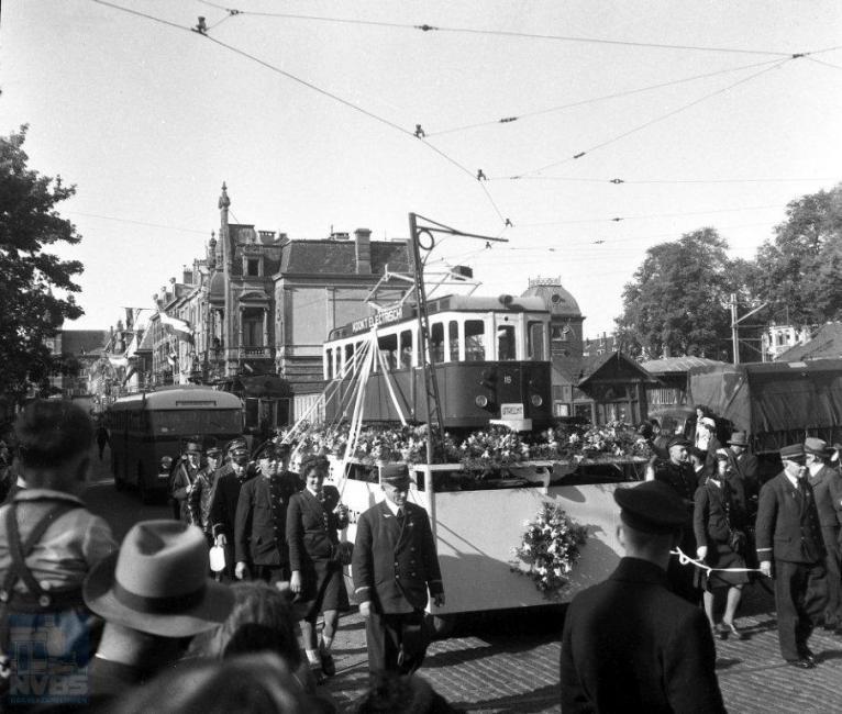 Precies een jaar na de bevrijding vond er in Utrecht een praalwagenoptocht plaats ter herdenking. Ook de NBM deed hier aan mee: met een wagen waarop een nepmotorwagen 16 stond gemonteerd. Hier gefotografeerd in de F.C. Dondersstraat. Waarom de NBM die toen nog naar Zeist reed niet met een echte motorwagen mee deed, is een raadsel. Een echte tram is nog achter de praalwagen te ontwaren. Toen de NBM in 1949 de tramdienst naar Zeist staakte, ging de echte 16 met nog enkele andere naar Mönchen Gladbach. Vier jaar na de bevrijding ging Nederlands materieel dus alweer vrijwillig naar het oosten… (foto 129.547; 4-5-1946)