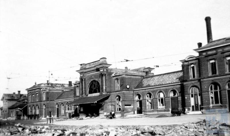 Niet alleen baanvakken en materieel waren vernield, ook veel stationsgebouwen. Station Leiden hier op de foto moet het stellen zonder één glasruit in de ramen, naast nog andere beschadigingen.  Volgens het NS jaarverslag over 1945 waren er 72 stations vernield of zwaar beschadigd.  (foto 509.628; 21-6-1945)