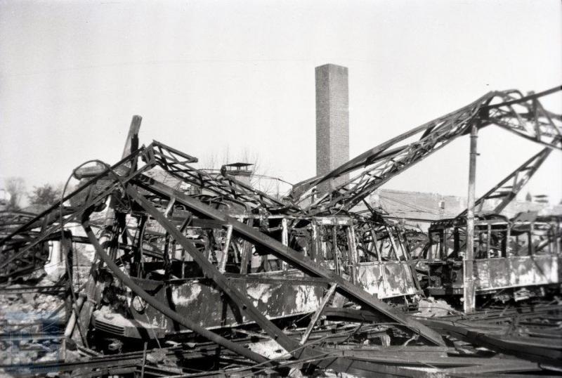 Van de Nederlandse trambedrijven heeft de GETA, de gemeente Elektrische Tram Arnhem, wel het meest te lijden gehad van de oorlog. Arnhem beschikte volgens velen over de mooiste vierassige motorwagens, gebouwd door Beijnes in 1929, waarvan er vele samen met ouder materieel door een voltreffer op de remise aan de Westervoortschedijk verloren zijn gegaan. Dit moet gebeurd zijn ten tijde van de Slag om Arnhem, 18 of 19 september 1944. Op de foto onder andere motorwagen 70, een van de slachtoffers. De stad en de trambanen waren eveneens dermate beschadigd, dat de tram na de oorlog niet meer in het straatbeeld is teruggekomen. Gelukkig rijden er nog wel steeds trolleybussen. En niet te vergeten replica motorwagen 76 in het Openluchtmuseum . Ook de elektrisch tramlijn in Zeeland tussen Middelburg en Vlissingen was zodanig vernield, dat men geen heil zag in herstel en er bussen op dit traject werden ingezet. Het nog bruikbare rollend materieel ging naar de NBM. (foto 129.069; 28-8-1945)