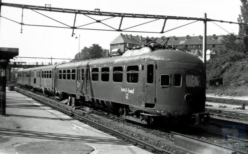 Veel spoor-en trammaterieel is in de oorlogsjaren weggevoerd naar Duitsland. Gelukkig is het meeste daarvan na de oorlog teruggekomen, maar wel in deerlijk gehavende staat. Ook het NS treinstel ELD3 422 was op weg naar Duitsland maar strandde in Arnhem waar op dat moment zwaar werd gevochten. Het stel bleef weliswaar in Nederland, maar er moest toch na de bevrijding heel wat aan gebeuren voor het weer toonbaar en rijdbaar was. (foto 509.377; 28-8-1945)