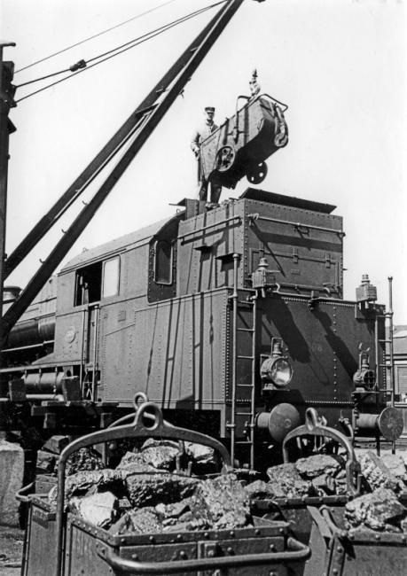 Een locomotief uit de serie 6300 wordt met steenkool beladen. De locs uit deze serie waren z.g. tenderlocs, d.w.z. dat de steenkolen in de locomotief zelf werden meegevoerd, i.p.v. in een aparte kolentender.