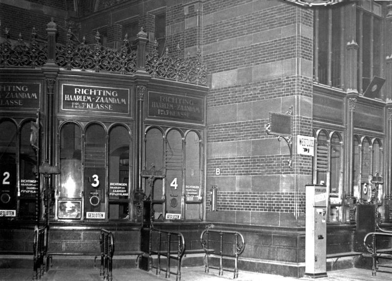 De loketten in de hal van Amsterdam CS; voor de verschillende richtingen had men aparte loketten. Dit stond wel bekend als ′het orgel′.De foto is gemaakt omstreeks 1930. Deze loketten zijn omstreeks 1950 verdwenen.