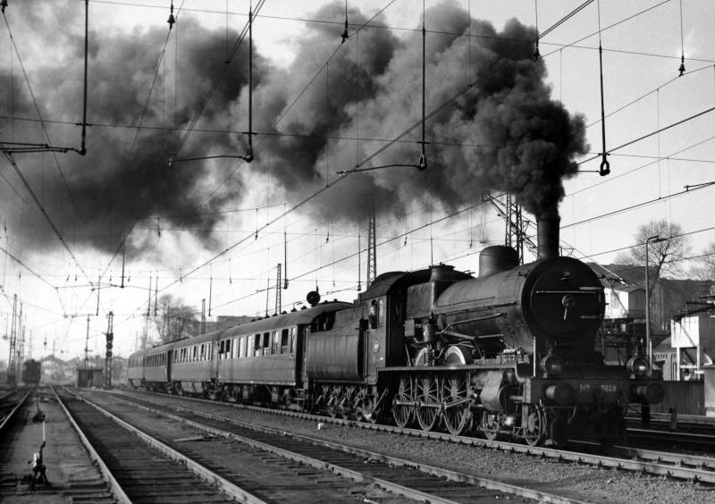 Extra trein t.g.v. de Utrechtse Jaarbeurs bij vertrek naar′s-Hertogenbosch, loc 3819, winter 1957/58