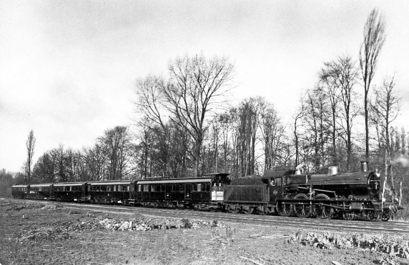 De koninklijke trein, bestaande uit vijf rijtuigen, getrokken door stoomlocomotief NS 3735, te Utrecht. Een foto uit 1925.