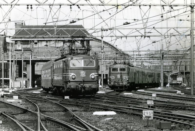 Amsterdam CS met twee treinen, links een internationale (nacht)trein met slaaprijtuig, richting Arnhem of het opstelterrein Dijksgracht, rechts een sneltrein naar Enschede met rijtuigen Plan W.Boven de treinen is het seinhuis te zien. Vanuit dit seinhuis werden seinen en wissels bediend.19 augustus 1974. Foto: Peter van der Vlist.Als u meer wilt zien van de apparatuur die zich in een seinhuis bevond, kijk dan naar de wisselexpositie ′Spoorwegbeveiliging′ door Wim Vos.